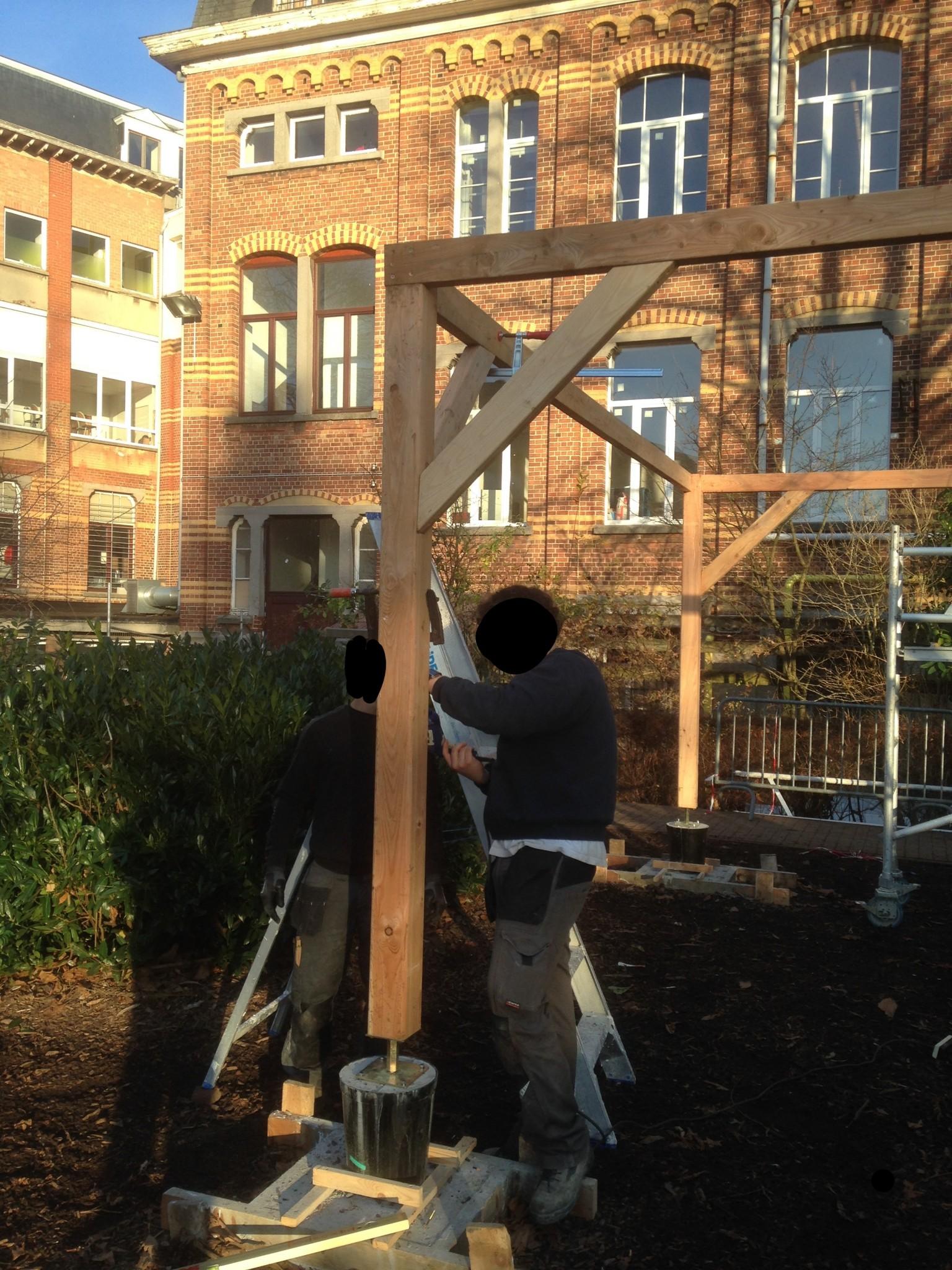 Construction d'un nouveau préau dans la cour de récréation.