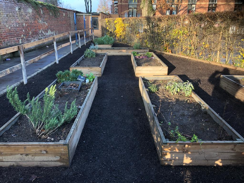 Au fil des saisons les élèves s'impliquent et travail dans les jardins de l'école au cours l'horticulture.